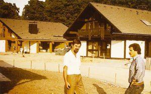 Ulrich Stühn & Anton Hammes vor unserem Musterhaus Anfang der 80er Jahre